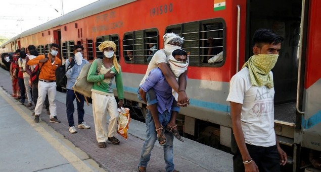 As Lakhs of Migrants in Delhi Want to Go Home, Centre Should Provide 100 Trains Daily for Next 4-5 Days: Kejriwal